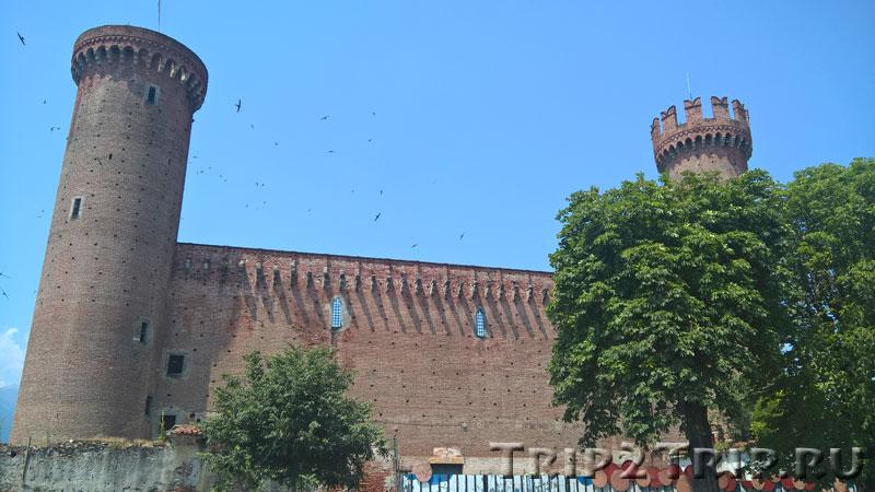 Замок красных башен, Ивреа, Италия