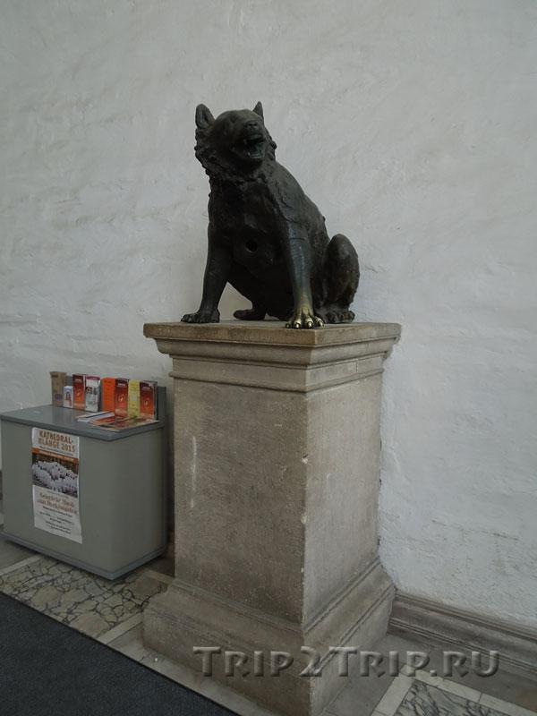 Статуя волка при входе в ахенский собор, Германия