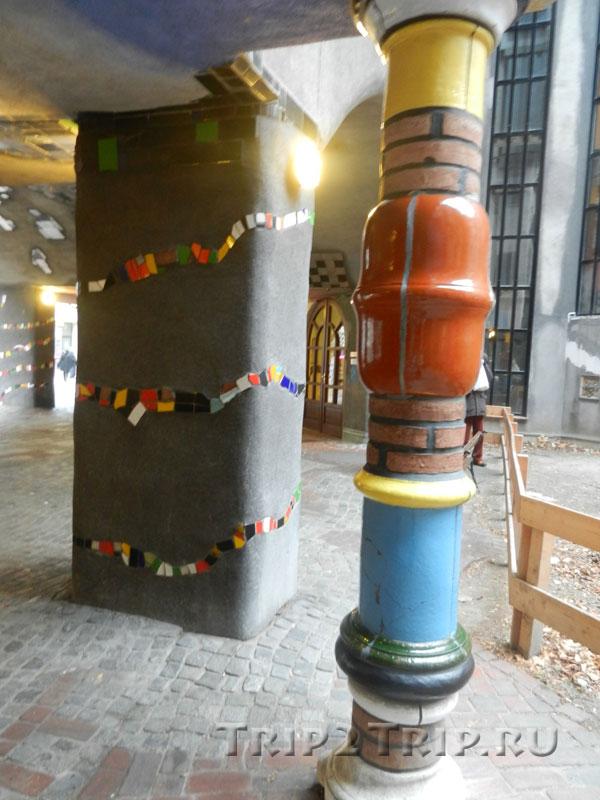 Весёлая колонна в Доме Хундертвассера, Вена
