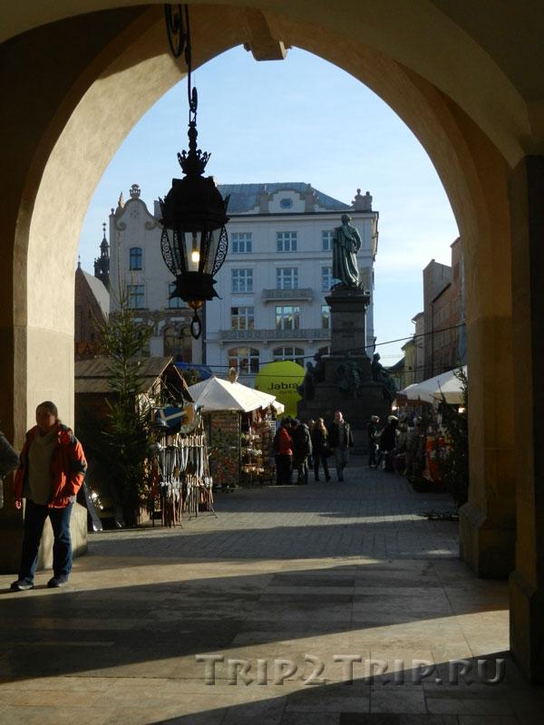 Вид на памятник Мицкевича и рождественскую ярмарку из аркады Сукенниц, Краков