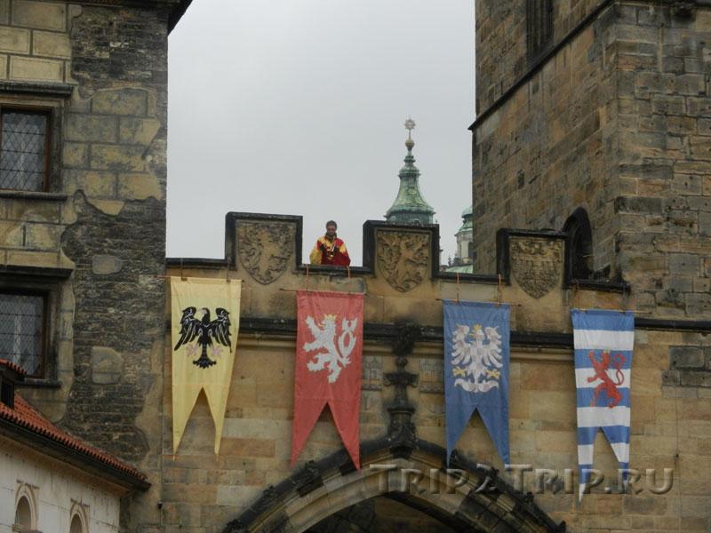 Переход между Малостранскими башнями с вывешенными гербами. Вид от Карлова Моста. Прага
