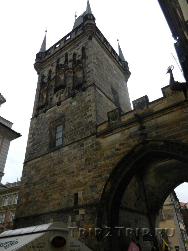 Высокая малостранская башня на Карловом Мосту. Вид от Малы Страны. Прага