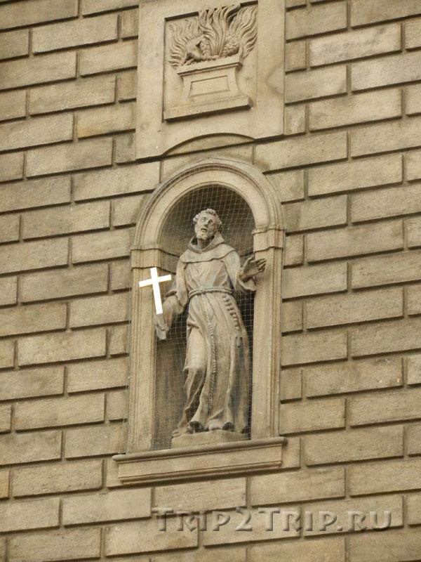 Статуя в экстерьере храма св. Франциска, Прага