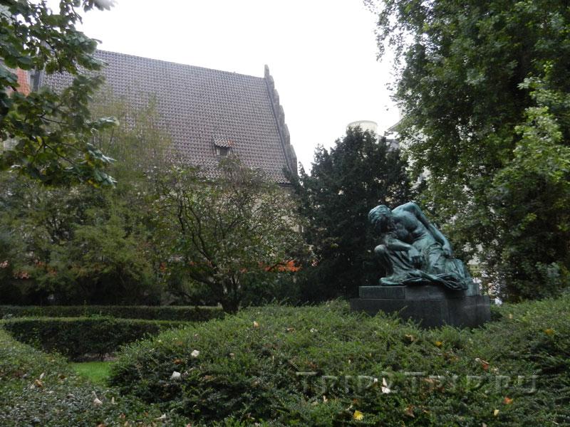 Статуя Моисея на фоне Староновой синагоги, Йозефов, Прага