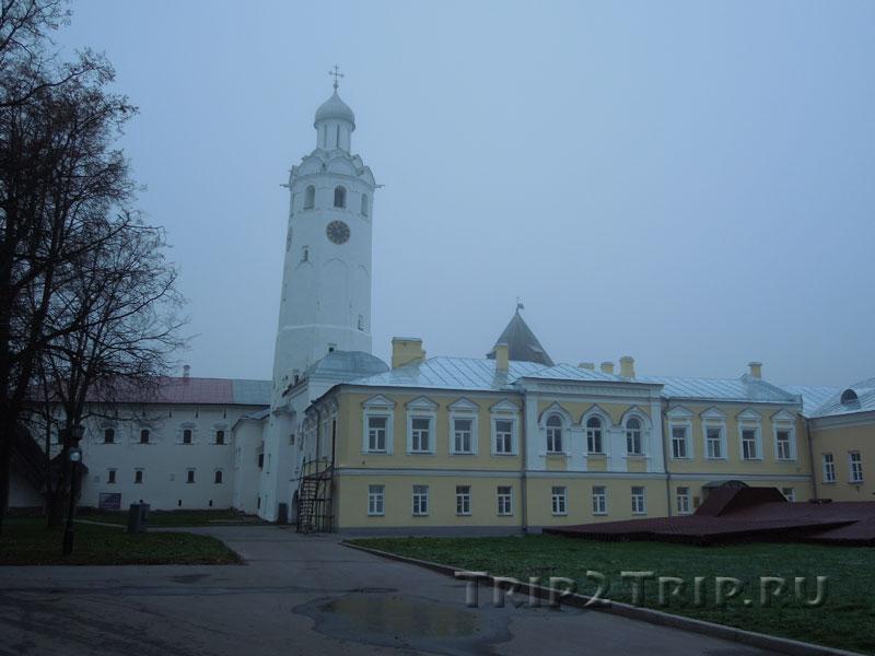 Часозвоня с Владычным двором (перед ней), Детинец Великого Новгорода