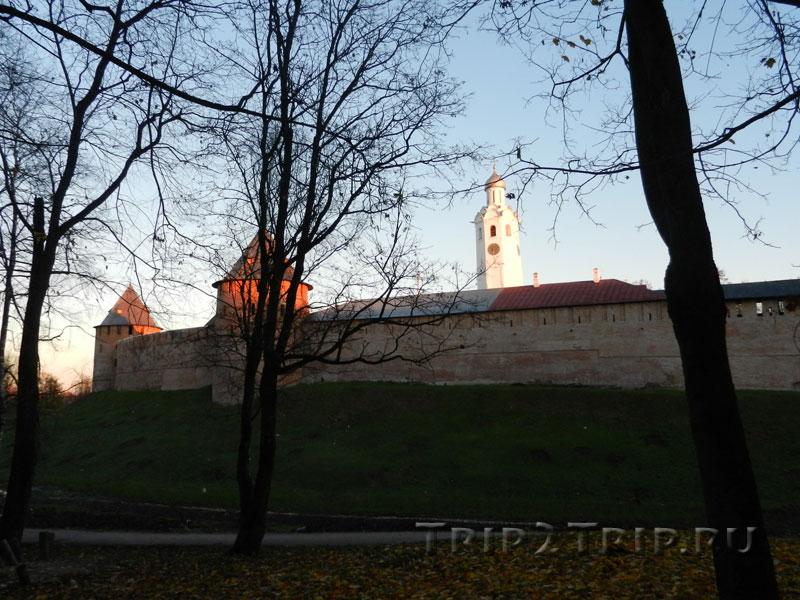 Часозвоня с кремлёвской стеной перед ней и двумя башнями, Митрополичьей (справа) и Фёдоровской (слева), Великий Новгород