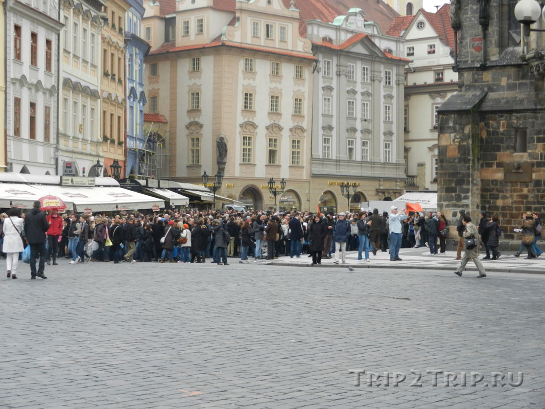 Скопление людей перед курантами, Староместская площадь, Прага