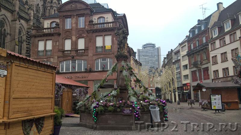Украшенный на Рождество фонтан на площади Воссоединения, Мюлуз