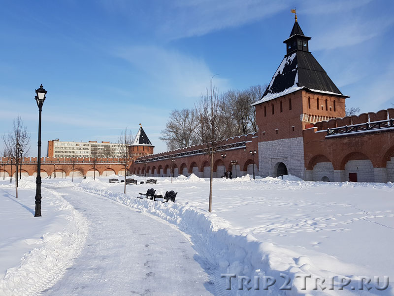 Башня Ивановских Ворот (впереди) и Ивановская Башня (вдалеке), изнутри Кремля, Тула