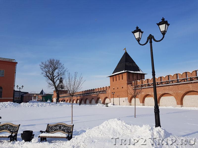 Справа налево: Башня на Погребу, Башня Водяных Ворот, Наугольная Башня. Кремль, Тула
