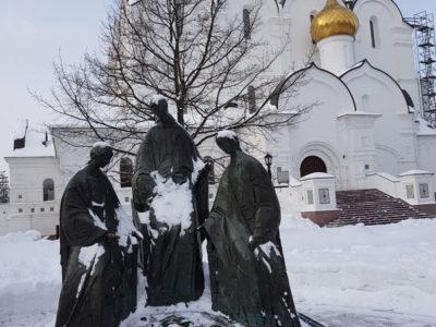 Скульптура Троица Ветхозаветная на фоне Успенского собора, Ярославль