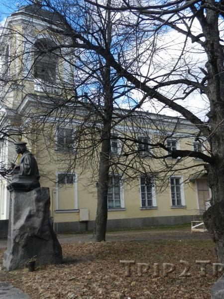 Памятник Микаэлю Агриколе около собора Петра и Павла, Выборг