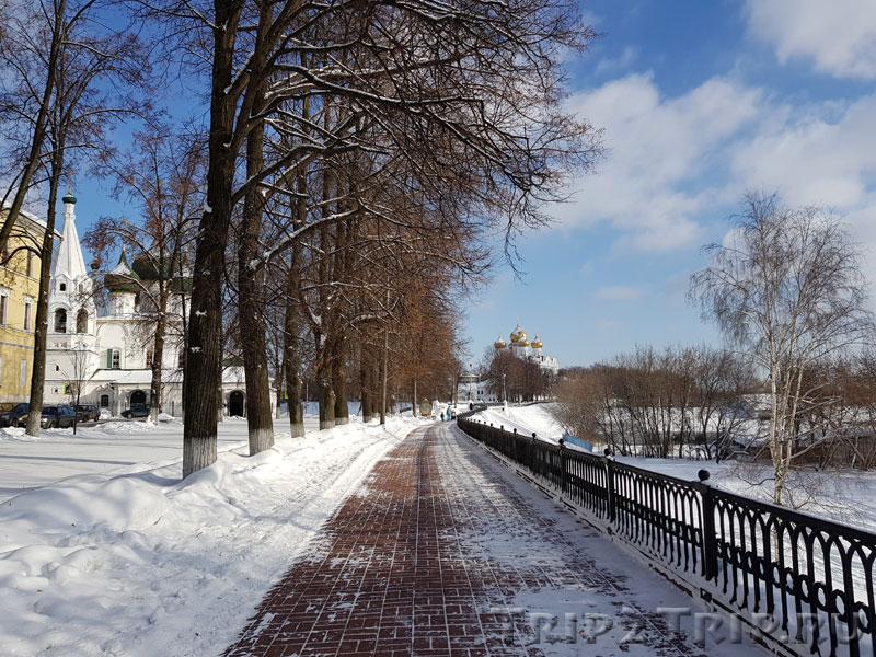 Которосльная набережная с видом на Успенский собор и Николу Рубленого, Ярославль