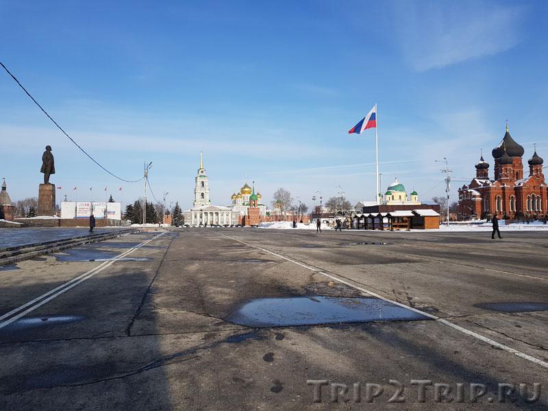 Ленин смотрит на флаги и церковь, площадь Ленина, Тула
