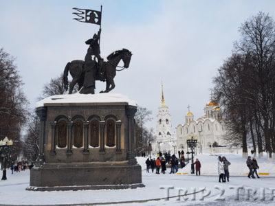 Памятник Владимиру Крестителю на фоне Успенского собора, Владимир