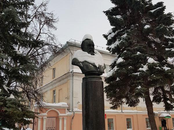 Бюст Островского напротив театра его имени, проспект Мира, Кострома