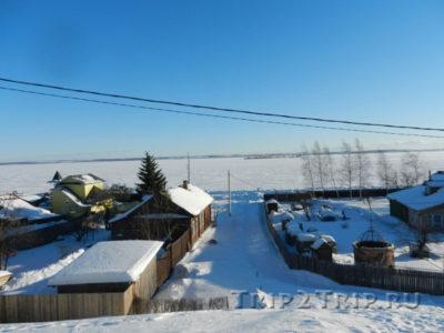 Ростовские избы на фоне озера Неро и островом Рождественским, Ростов Великий