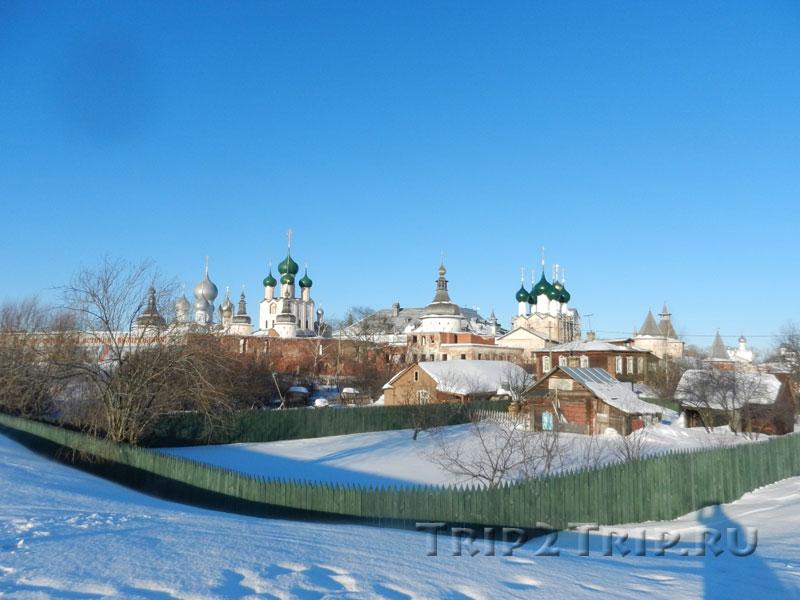 Деревянные избы на фоне Ростовского кремля, Ростов Великий