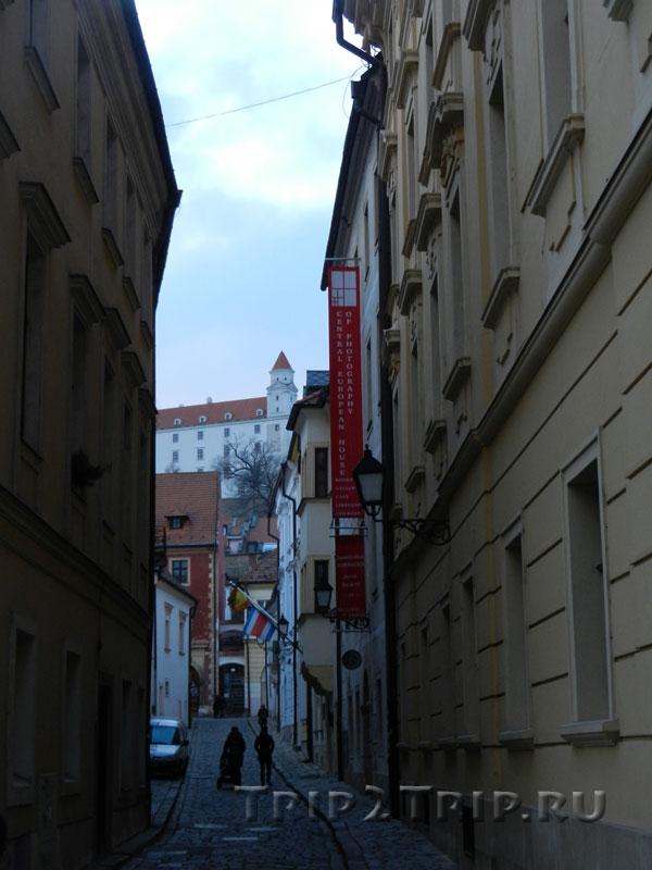 Переулок с нависающим Градом в перспективе, Братислава