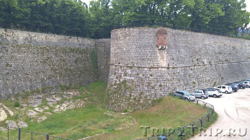 Ров налево от внешних ворот, замок, Брешиа