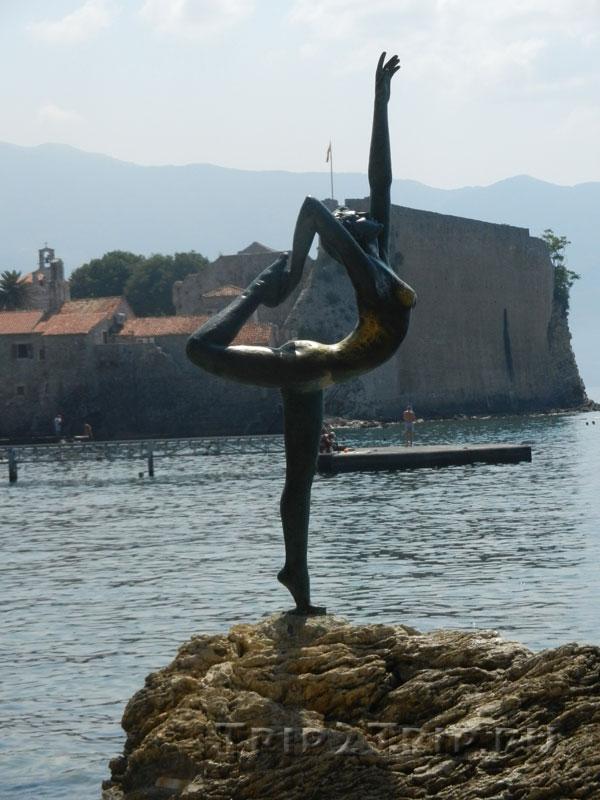 Танцовщица (Балерина) на фоне Старой Будвы