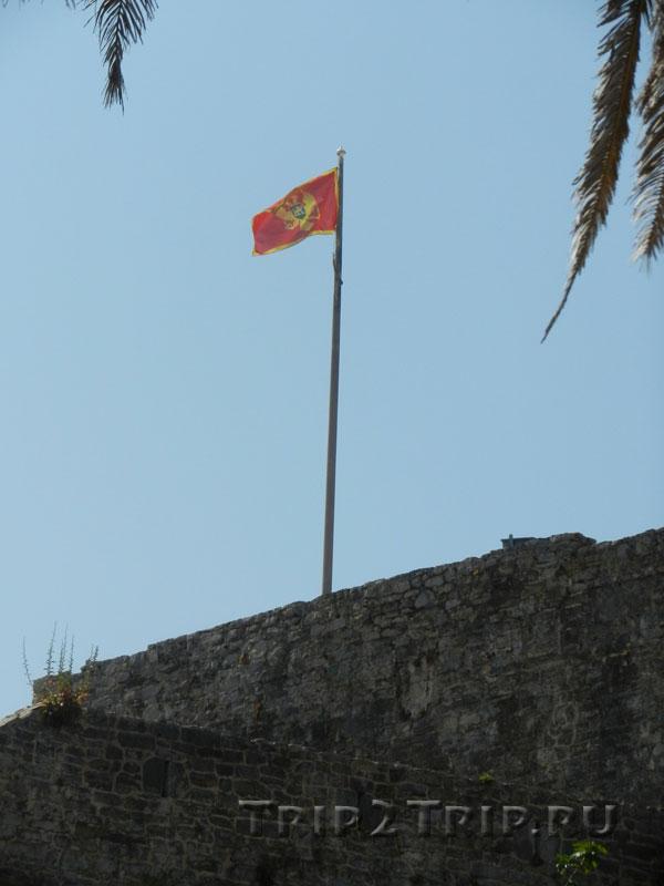 Флаг Черногории над Старой Будвы