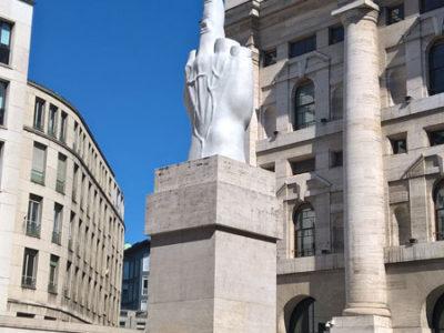 Памятник Среднему пальцу, Piazza degli Affari, Милан