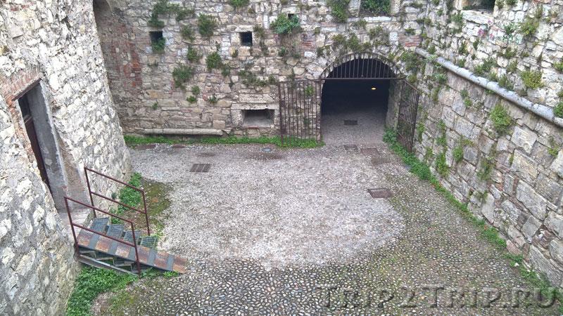 Один из внутренних двориков замка, Брешиа