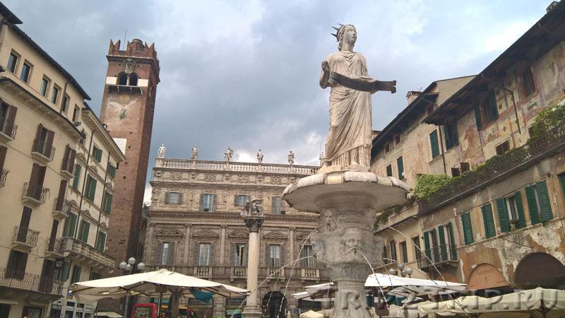 Пьяцца-делле-Эрбе (Площадь Трав) со статуей Мадонны Веронской (бывшей Минервой), Верона