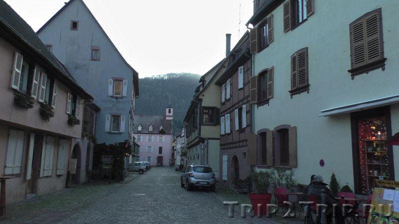 Монастырь (розовое здание в перспективе), Кайзерсберг