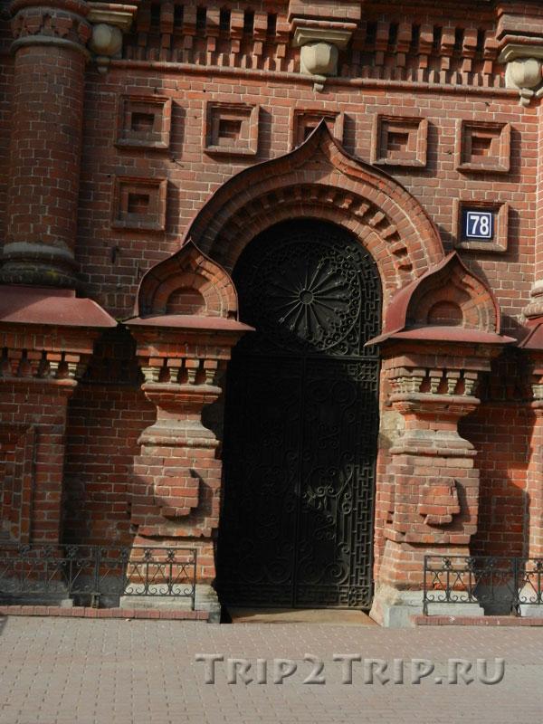 Дверь Богоявленской колокольни, улица Баумана, Казань