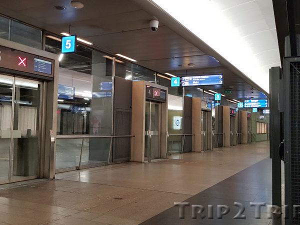 Ворота на вокзале Камппи. Открываются только, когда подъезжает автобус