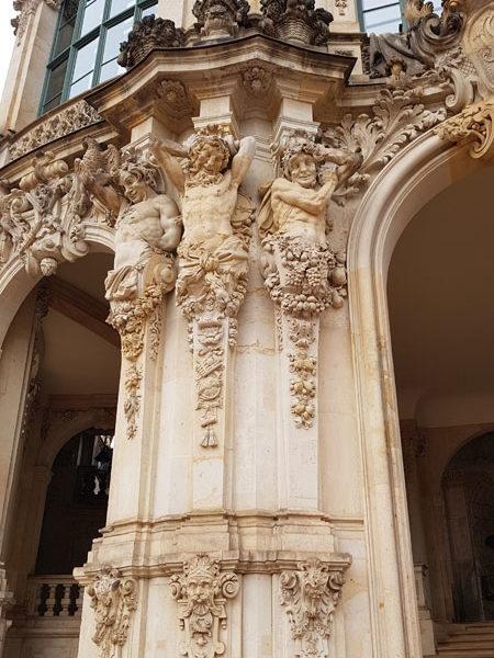 Левая колонна Павильона на валу, Цвингер, Дрезден