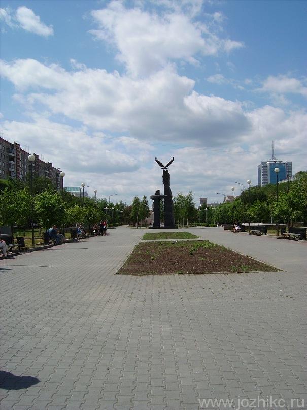 Памятник воинам-интернационалистам на бульваре Славы издали, Челябинск