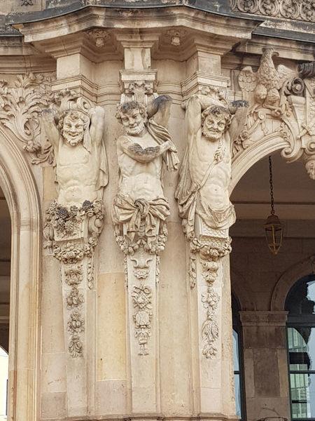 Правая колонна Павильона колокольчиков, Цвингер, Дрезден