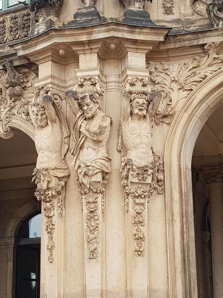 Левая колонна Павильона колокольчиков, Цвингер, Дрезден