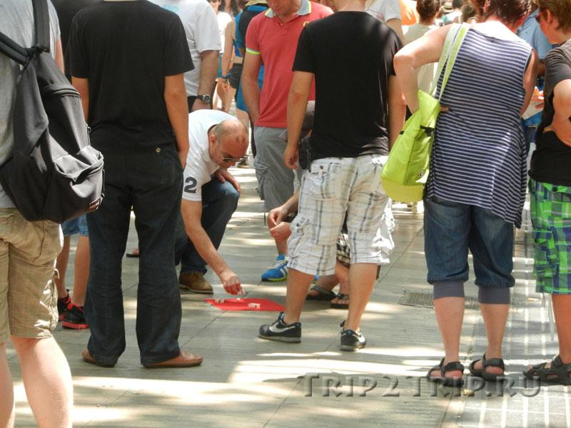 "Игра в ""напёрсток"", Рамбла, Барселона"