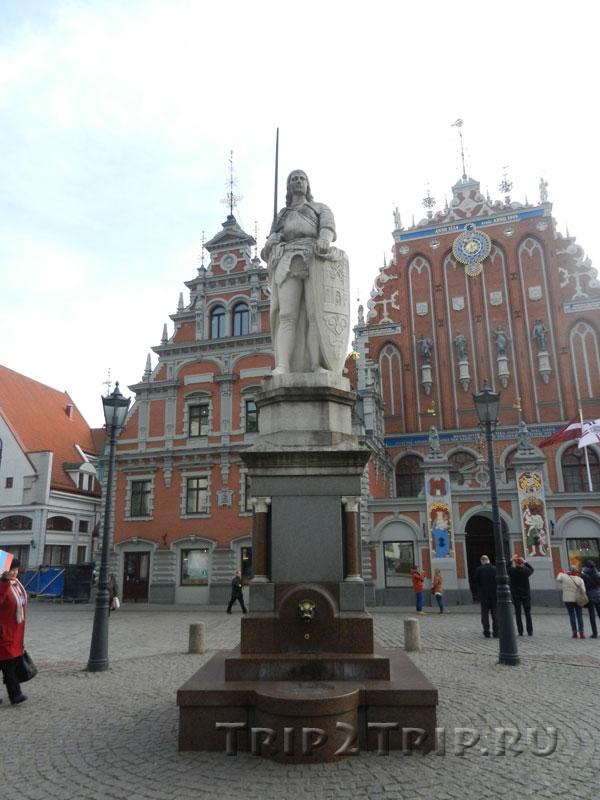 Статуя Роланда на фоне Дома Черноголовых, Ратушная площадь, Рига