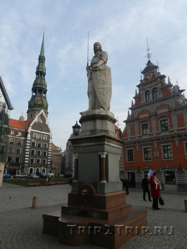 Статуя Роланда на фоне Дома Черноголовых и церкви Святого Петра, Ратушная площадь, Рига