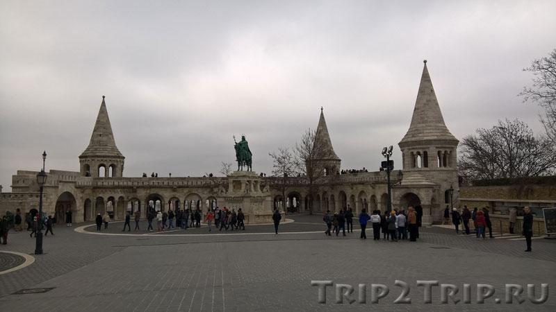 Конная статуя Святого Иштвана на фоне Рыбацкого бастиона, Будапешт