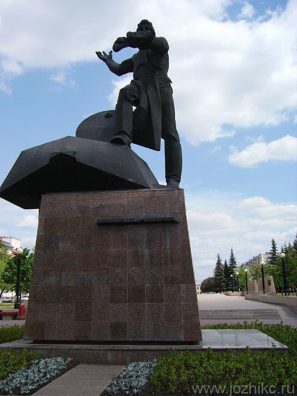 Памятник Танкистам в сквере Памяти погибшим в Великой Отечественной войне