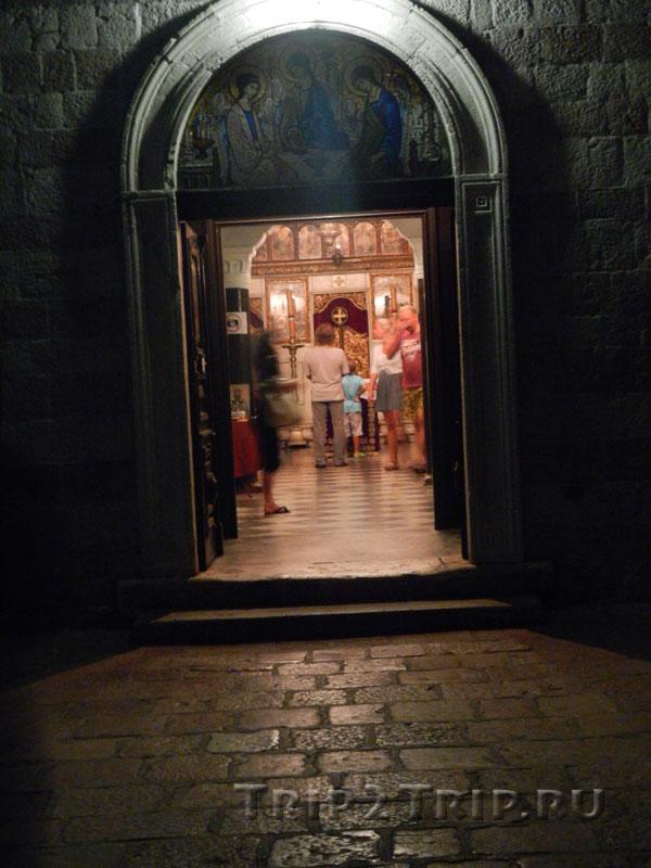 Если приглядеться, то в дверях можно разглядеть иконостас Наома Зетири, Церковь Святой Троицы, Будва