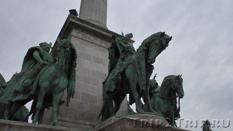 Подножие колонны архангела Гавриила, Площадь Героев, Будапешт