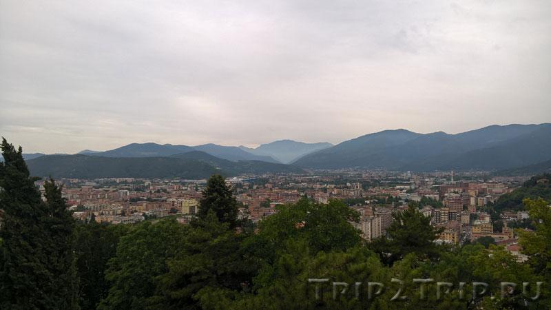 Панорама на Брешию и Альпы с холма Чиднео, Италия