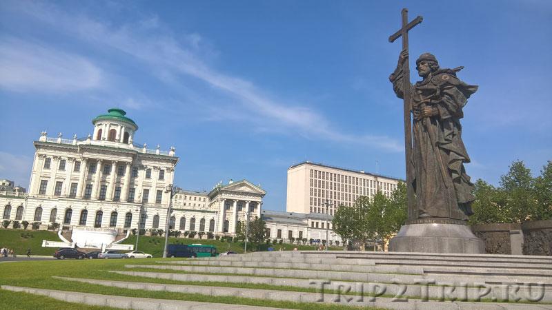 Памятник св.Владимиру Крестителю на фоне дома Пашкова, Москва