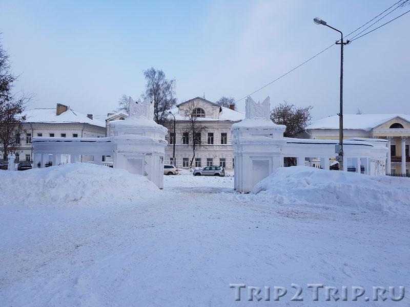 Главные ворота с видом на улицу Чайковского, Кострома