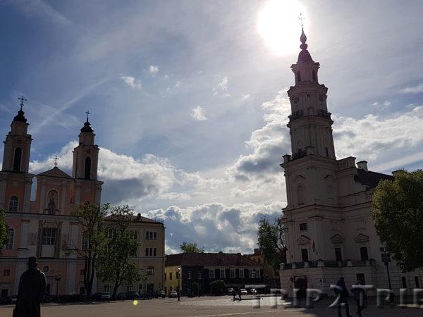 Ратушная площадь, Ратуша и костёл Фрациско Ксаверия, Каунас