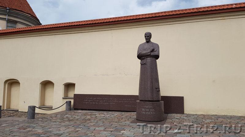 Памятник Валанчюсу, Ратушная площадь, Каунас