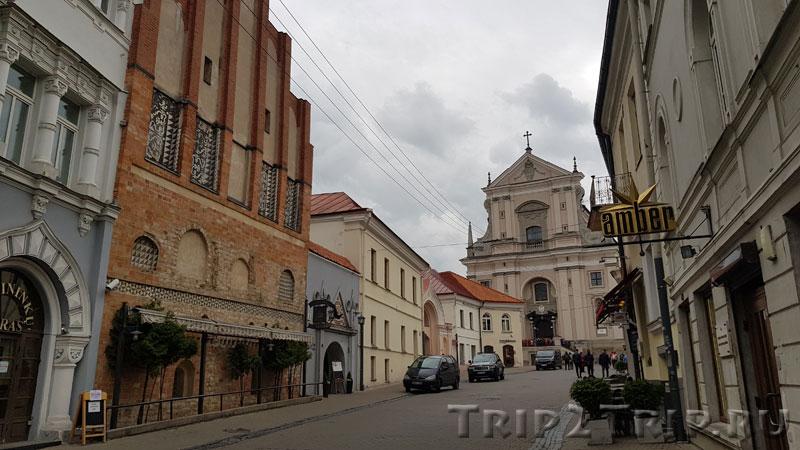 """Улица Зари с рестораном """"Медининкай"""" и Острой Брамой, Вильнюс"""