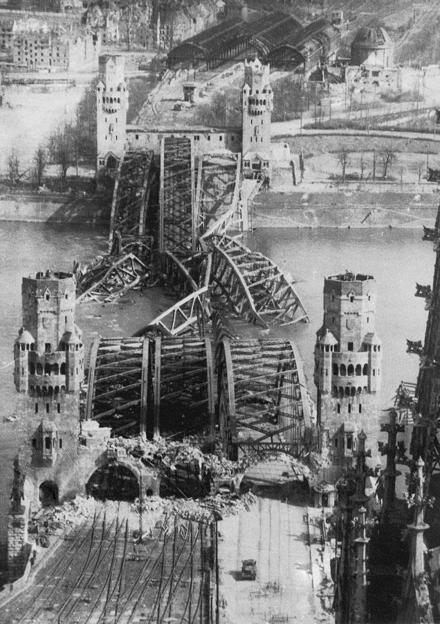 Разрушенный бомбадировками мост Гогенцоллернов (фотография Маргарет Бурк-Уайт)